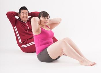 腹筋をしている男女の画像