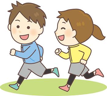 走って遊んでいる男の子と女の子