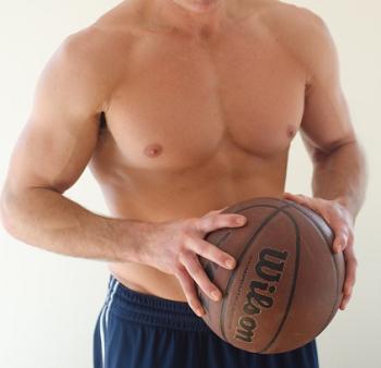 バスケットボールを持った今後トレーナーの筋肉画像