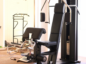 トレーニングジムに設置されている筋トレマシーンの画像