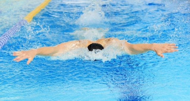 バタフライを泳いでいる男性の画像