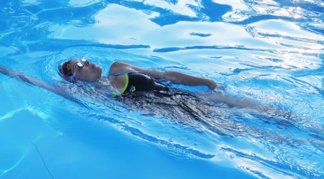 背泳ぎをしている女性の画像